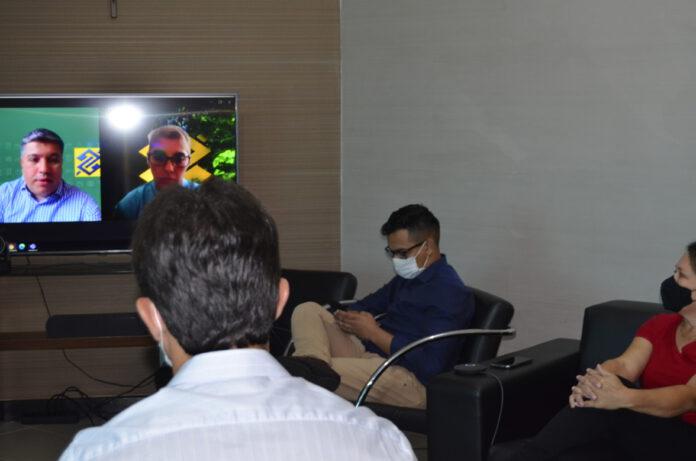 Legenda: Prefeito, Cleverson Alves, equipe de gabinete e a Vereadora Rosangela Marçal presentes na vídeo conferência. Foto: Silvestre de Castro. Reportagem: Silvestre de Castro/Angela Bezerra